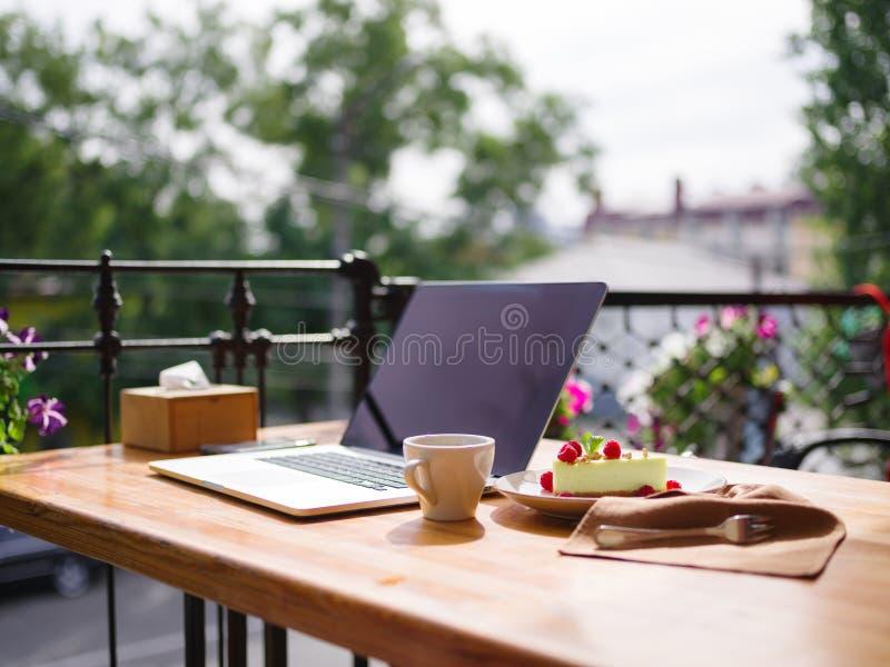 Draufsicht eines sahnigen kleinen Kuchens mit cofee auf dem Holztisch Chef gießt Olivenöl über frischem Salat in der Gaststättekü lizenzfreies stockfoto