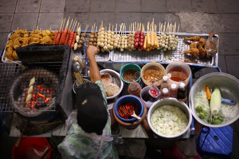 Draufsicht eines thailändischen Straßenlebensmittelverkäufers in Bangkok stockfotografie