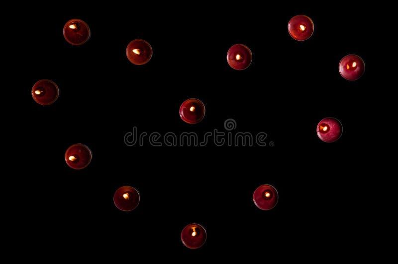Draufsicht, flache Lage Valentinsgruß ` s Tagesfeier Rote brennende Kerzen ausgebreitet in Form eines Herzens Kopieren Sie Platz lizenzfreie stockbilder