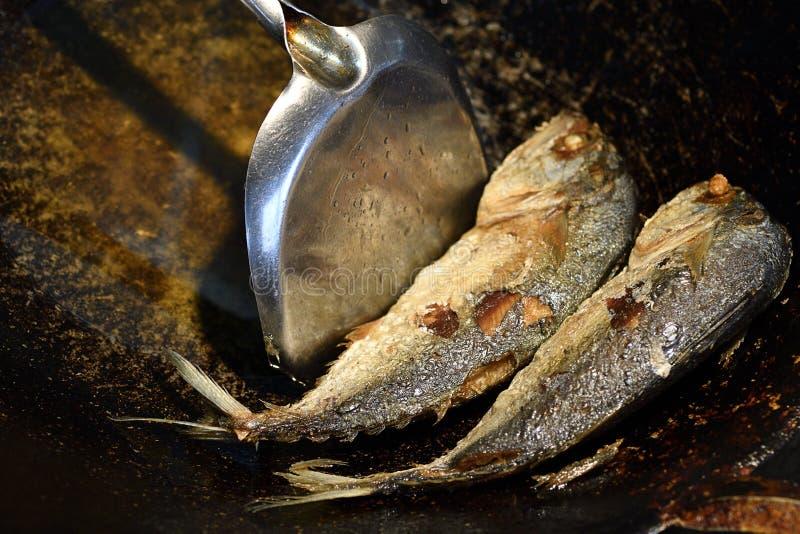 Draufsicht, gebratener Paarmakrelenfisch in der Küche lizenzfreie stockbilder