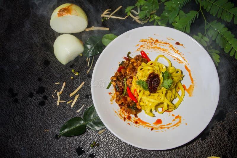 Draufsicht-Gelbnudel briet mit als Hintergrund dem auf dem Tisch gesetzt zu werden Paprikapastenteller, Traditionelle siamesische stockfoto