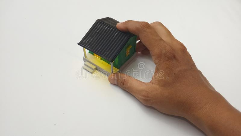 Draufsicht-Geschäfts-Eigentums-Konzept, Hand, die, bietend oder ein kleines antikes altes Haus-Spielzeug an empfangen hält an stockfotos