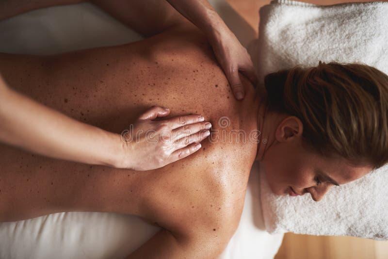Draufsicht junger Dame, die Massage im Badekurortsalon hat lizenzfreies stockbild