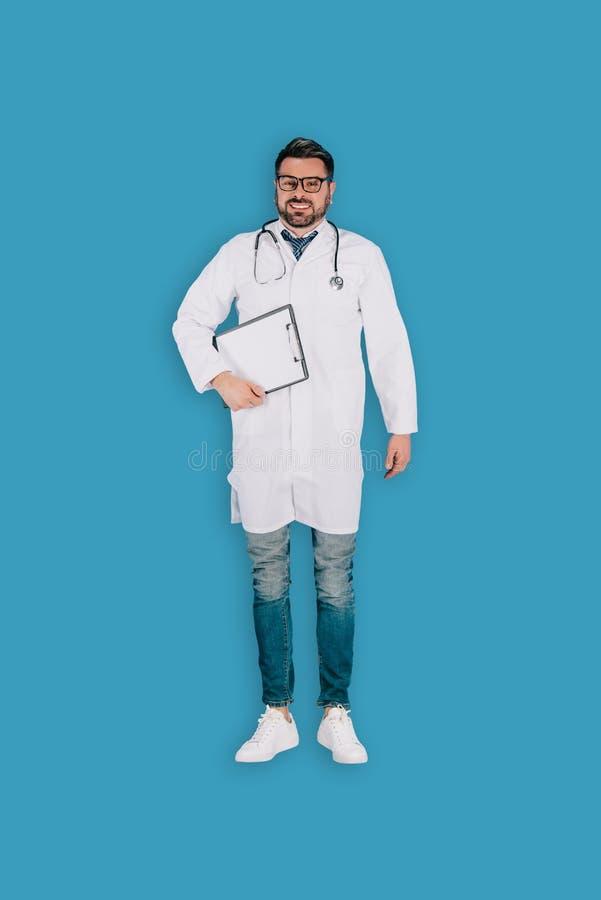 Draufsicht männlichen Doktors mit Stethoskop und Klemmbrett lizenzfreies stockfoto