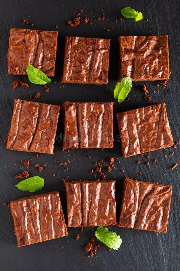 Draufsicht Nahrungsmitteldes selbst gemachten Bäckereikonzeptes von organischen Schokoladenkuchen auf schwarzem Schieferbrett stockfotografie