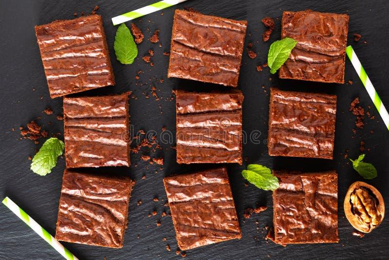 Draufsicht Nahrungsmitteldes selbst gemachten Bäckereikonzeptes von organischen Schokoladenkuchen auf schwarzem Schieferbrett lizenzfreie stockfotografie