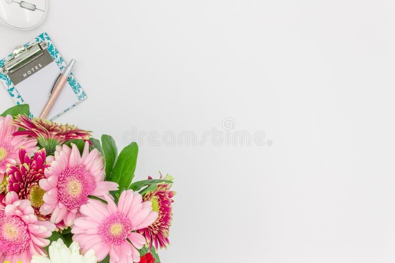 Draufsicht-Notizblockstift des Blumenblumenstraußes mit Raum für Text stockbild