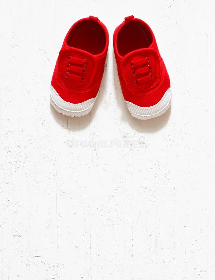 Draufsicht obenliegendes s der Kindernette rote kleine Segeltuchschuhe lizenzfreies stockbild