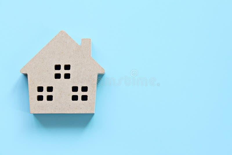 Draufsicht oder flache Lage des Modells des hölzernen Hauses auf blauem Hintergrund mit dem Kopienraum bereit zum Hinzufügen oder lizenzfreies stockfoto