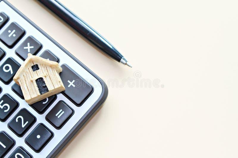 Draufsicht oder flache Lage des Modells des hölzernen Hauses auf Taschenrechner mit dem Kopienraum bereit zum Hinzufügen oder obe stockfoto