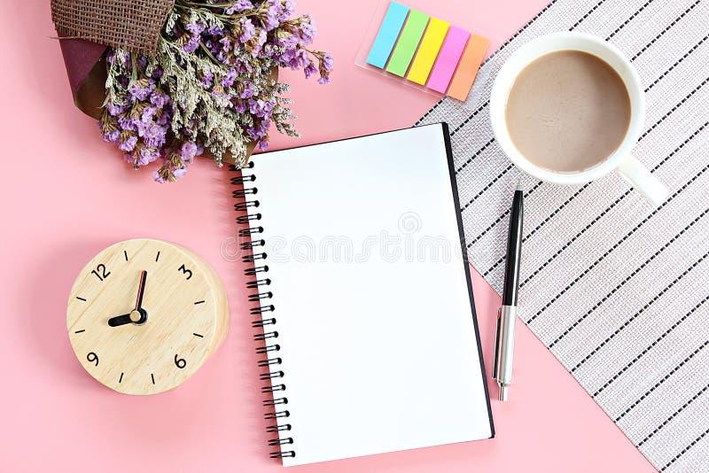 Draufsicht oder flache Lage des offenen Notizbuchpapiers, Blumenstrauß von getrockneten wilden Blumen, Uhr, Kaffeetasse auf Schre lizenzfreies stockbild
