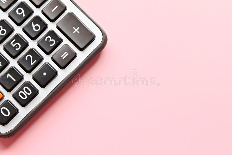 Draufsicht oder flache Lage des Taschenrechners auf rosa Hintergrund mit dem Kopienraum bereit zum Hinzufügen oder oben verspotte lizenzfreies stockbild
