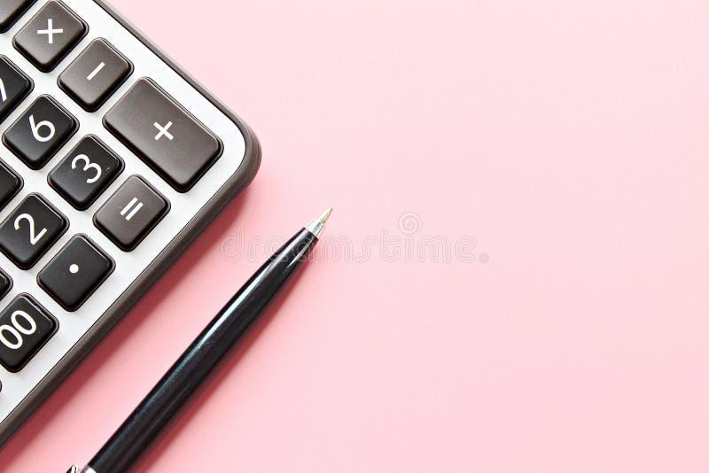 Draufsicht oder flache Lage des Taschenrechners und des Stiftes auf rosa Hintergrund mit dem Kopienraum bereit zum Hinzufügen ode stockbilder