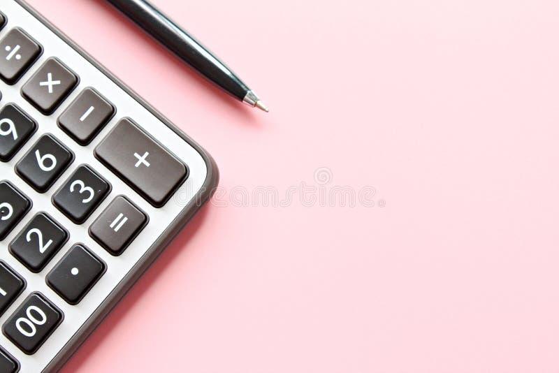 Draufsicht oder flache Lage des Taschenrechners und des Stiftes auf rosa Hintergrund mit dem Kopienraum bereit zum Hinzufügen ode lizenzfreie stockfotografie