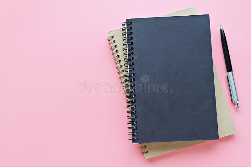 Draufsicht oder flache Lage von Notizbüchern und von Stift auf rosa Hintergrund, bereiten für das Hinzufügen vor oder verspotten  stockbild