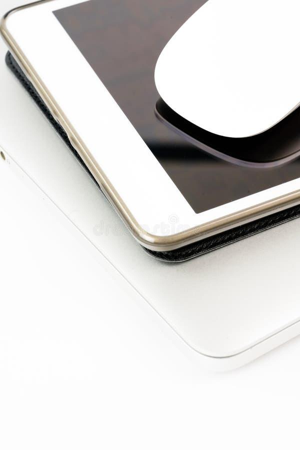 Draufsicht-Produktspott des Arbeitsplatzes oben Dekorationsbüromaus, Notizbuch auf Tablette lizenzfreie stockbilder