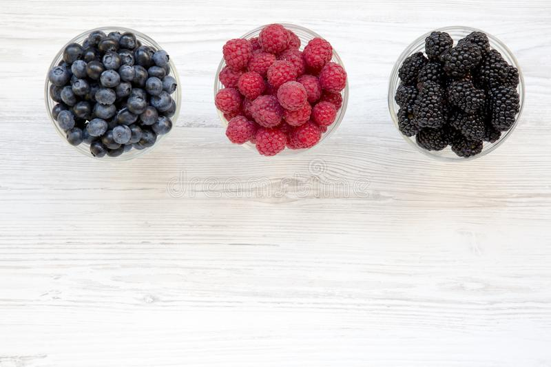 Draufsicht, Schüsseln, die Beeren enthalten: Blaubeeren, Brombeeren, Himbeeren Gesundes Essen und Nähren Von oben obenliegend lizenzfreie stockfotos