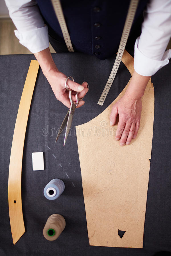 Draufsicht: Schneider Making Custom Clothes lizenzfreie stockfotos