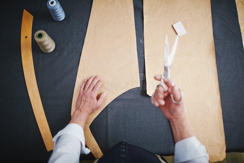 Draufsicht: Schneider Working im Atelier lizenzfreie stockfotos