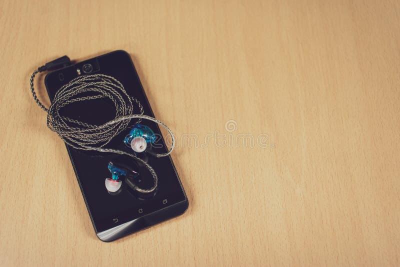 Draufsicht Smartphone mit Kopfhörer lizenzfreies stockbild