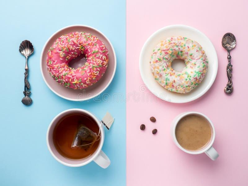 Draufsicht Tasse Kaffee und Tee, Schaumgummiring-Vanille auf einem rosa blauen Hintergrund stockfotos