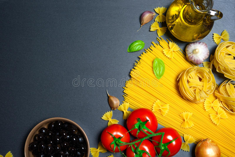 Download Draufsicht: Teigwaren Oder Italienische Spaghettis Auf Schwarzem Steinschieferhintergrund Stockbild - Bild von cuisine, kochen: 90226655