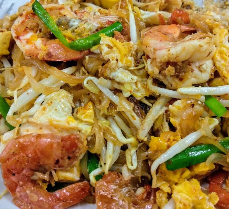 Draufsicht thailändischer Auflage Art der traditionellen Nudeln thailändisch oder des Phad thailändisch mit frischer Garnele auf  lizenzfreie stockbilder