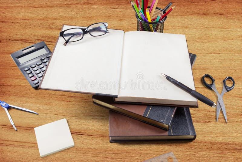 Draufsicht von Büchern und von Schulbedarf lizenzfreies stockbild