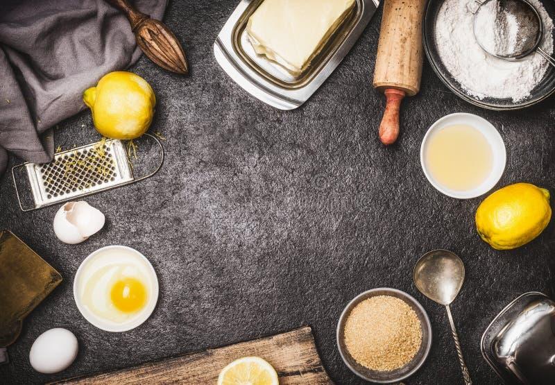 Draufsicht von backen Vorbereitung mit Küchenwerkzeugen und -bestandteilen für Kuchen oder Plätzchen: Zitrone, Mehl, Ei, Rohzucke lizenzfreie stockfotografie