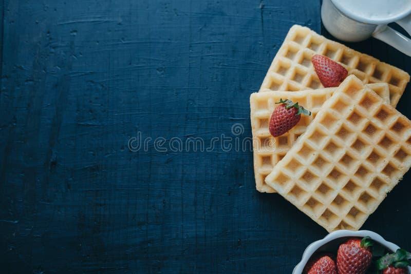 Draufsicht von belgischen Waffeln, von Erdbeeren und von Cappuccino im Whit stockfotos