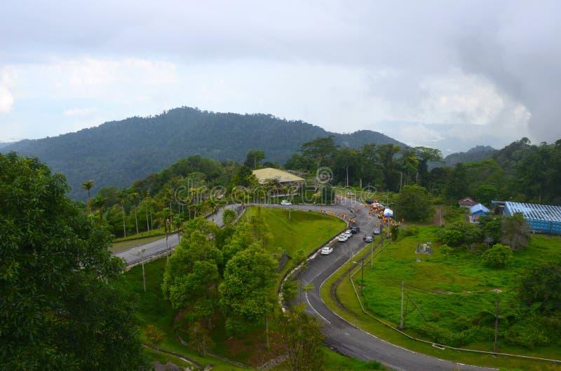 Draufsicht von Berg Gunung Raya zu die Straße und Sportler bereit zu laufendem Rennen, Langkawi-Insel, Malaysia stockfoto