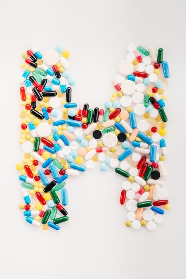 Draufsicht von Buchstaben H gemacht von den medizinischen Pillen und von den Kapseln lizenzfreie stockfotos