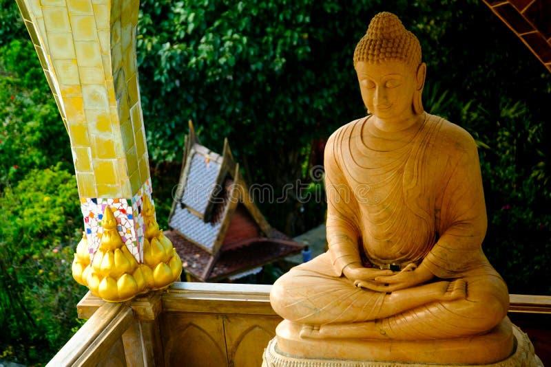 Draufsicht von Buddha-Statue bei Wat Phasornkaew lizenzfreies stockbild