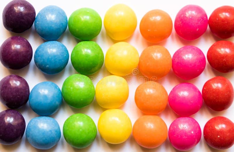 Draufsicht von bunten Süßigkeiten auf weißem Hintergrund lizenzfreies stockbild