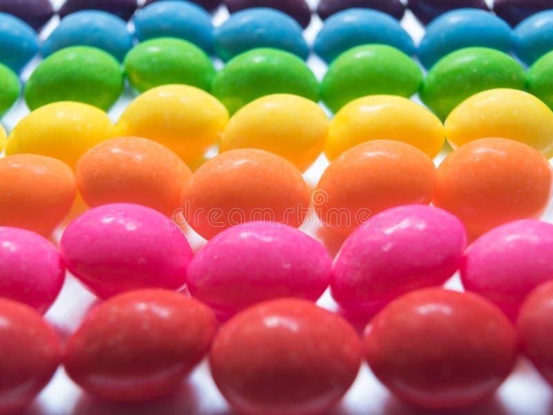 Draufsicht von bunten Süßigkeiten auf weißem Hintergrund stockfotografie