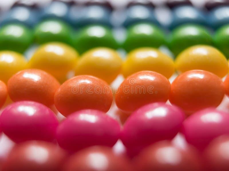 Draufsicht von bunten Süßigkeiten auf weißem Hintergrund stockfoto