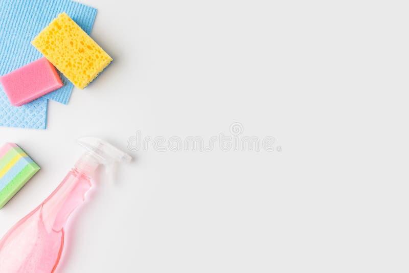 Draufsicht von bunten waschenden Schwämmen und von Sprühflasche, stockfotos