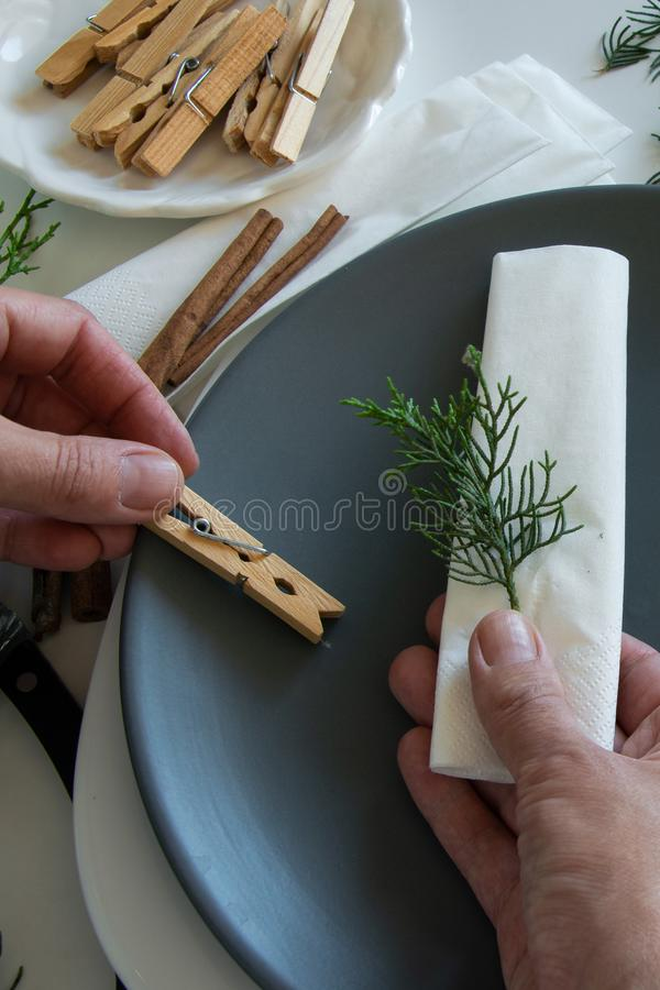 Draufsicht von den Frauenhänden, welche die Tabelle für Winterurlaube vorbereiten und vereinbaren Winterdekoration lizenzfreie stockbilder