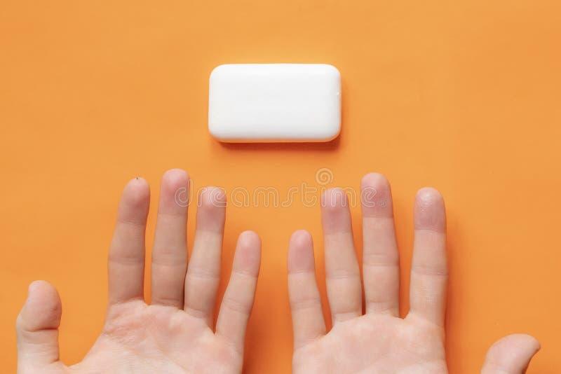 Draufsicht von den Händen, die eine Stück Seife, Hygienekonzept d halten stockbilder
