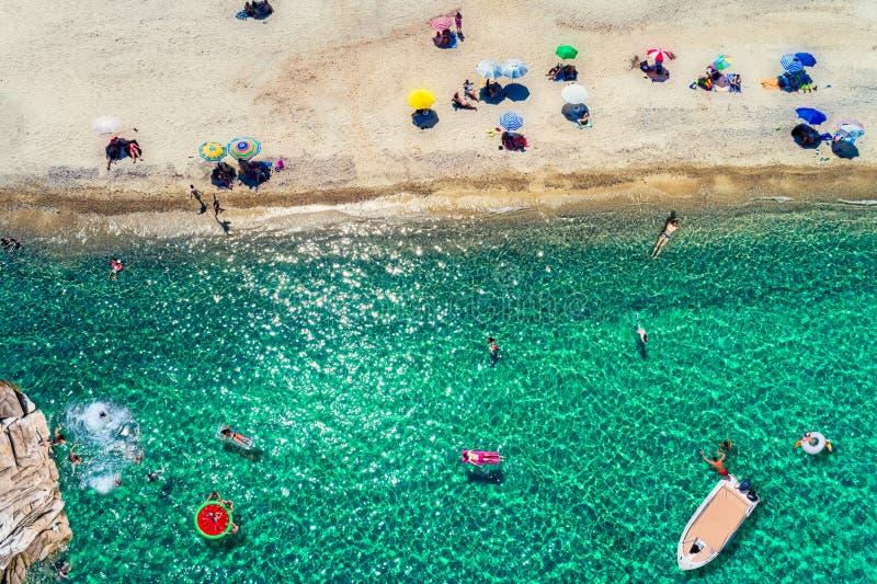 Draufsicht von den Leuten, die den Strand bei Chalkidiki genießen stockfotos