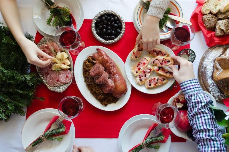 Draufsicht von den Leuten, die zusammen Weihnachtsessen genießen lizenzfreie stockfotos