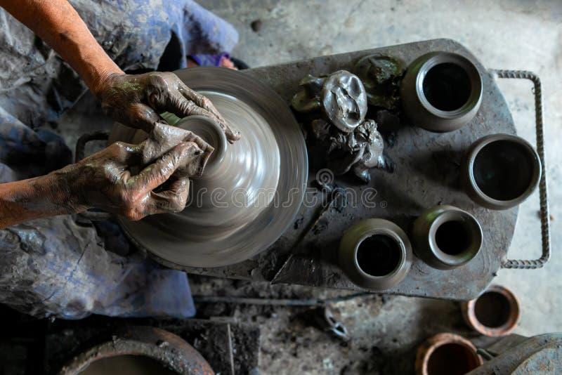 Draufsicht von den menschlichen Händen, die an Töpferscheibe arbeiten lizenzfreie stockfotografie