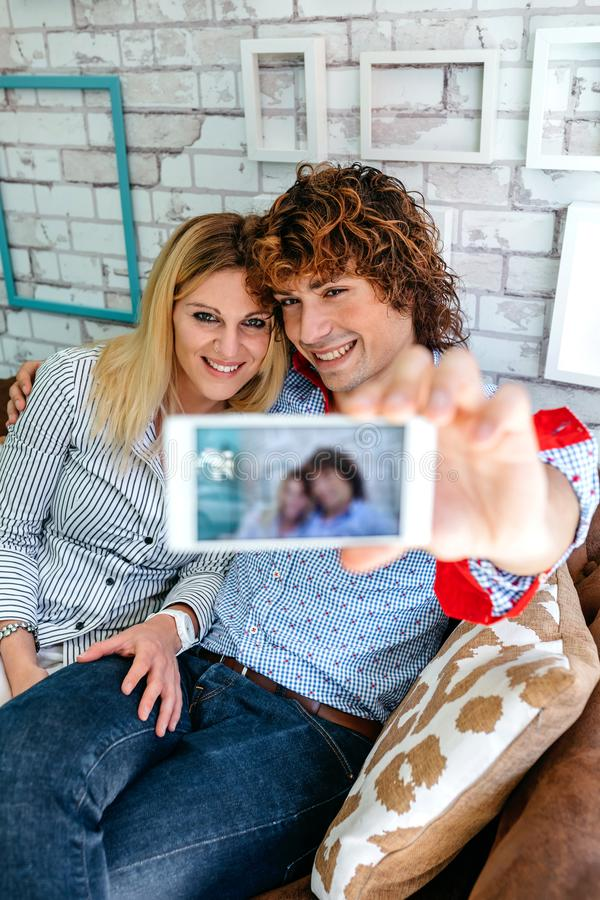 Draufsicht von den Paaren, die selfie auf einem Sofa nehmen stockbild
