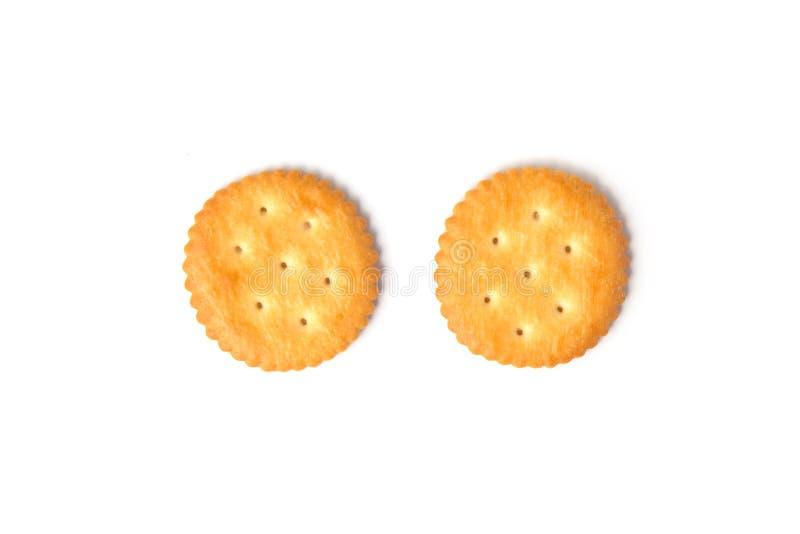 Draufsicht von den runden gesalzenen Crackerplätzchen lokalisiert auf weißem Hintergrund stockbild