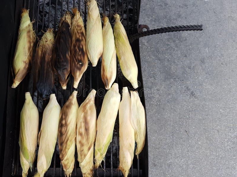 Draufsicht von den süßen und köstlichen Maiskörnern, die auf einem GR grillen stockfotos