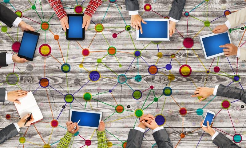Draufsicht von den Wirtschaftlern, die bei Tisch sitzen und Geräte verwenden lizenzfreie abbildung