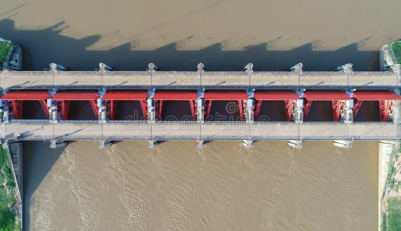 Draufsicht von der Brummenkamera: Abflusskanal einer elektrischen hydroverdammung Umgebung der Verdammung lizenzfreie stockfotografie