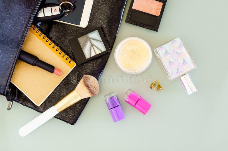 Draufsicht von Frau ` s Tasche, Kosmetik, Make-upsatz, Parfümflasche, c stockfotos