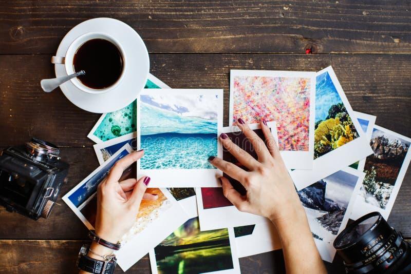 Draufsicht von Frauen ` s übergibt das Halten von Druckfotos lizenzfreies stockbild