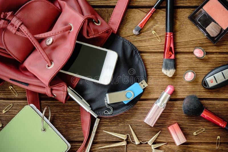Draufsicht von Frauen sacken weibliches kosmetisches Zubehör des Materials ein lizenzfreie stockfotos